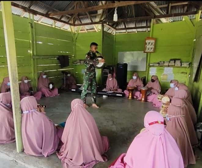 Manfaatkan Waktu Luang di Masa PPKM, Satgas Yonif 512/QY Bimbing Warga Berlatih Kesenian Marawis.