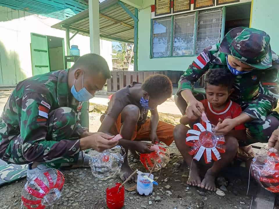 Mengasah Kreativitas, Satgas Pamtas Yonif Mekanis 403/WP Buat Lampion Bersama Anak-Anak Perbatasan Meriahkan Hari Kemerdekaan