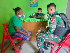 Satgas Yonif 512/QY Berikan Pelayanan Kesehatan dan Sosialisasikan Prokes Warga di Perbatasan