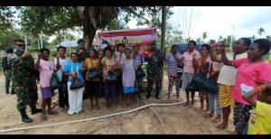 Wujud Kepedulian Terhadap Warga, Satgas Pamtas Yonif Mekanis 403/WP Bagikan Sembako di Wilayah Perbatasan RI-PNG