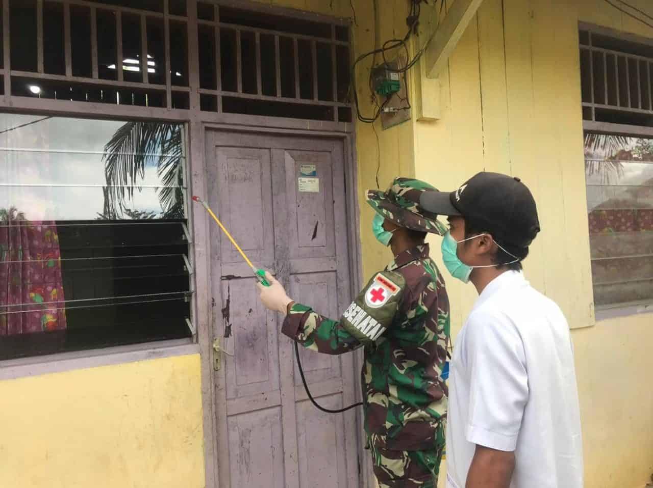 Bantu Pemerintah Cegah Penyebaran Covid-19 di Wilayah Perbatasan, Satgas Yonif 512/QY Semprot Disinfektan