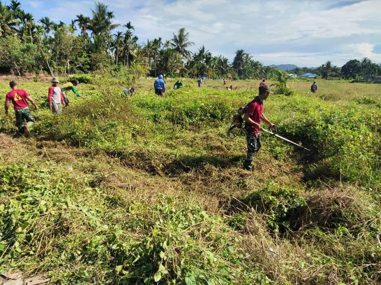 Sambut HUT RI Ke 76, TNI Karya Bakti Bersama Masyarakat di Kampung Koya Barat Papua
