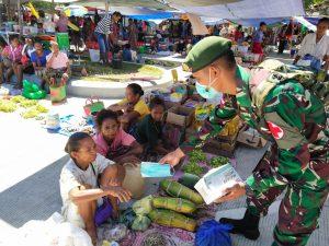 Upaya Disiplinkan Prokes, Satgas Pamtas Yonarmed 6/3 Kostrad Bagikan Masker Gratis di Perbatasan