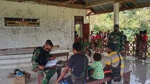 Imbau Masyarakat Patuhi Prokes, Satgas Yonif 512/QY Gelar Pengobatan Massal di Kampung Perbatasan