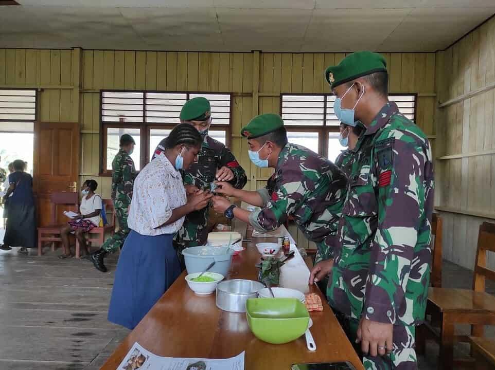 """Satgas Pamtas Yonif 403/WP Ajarkan Para Mama Praktek Membuat """"Makanan Olahan Tradisional"""" di Perbatasan RI-PNG"""