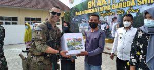 Usai Rebut Sasaran, Prajurit TNI AD dan US Army Bagikan Sembako di Dusun Talang Sipin