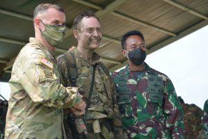 Kasad dan Komandan USARPAC Sematkan Wing Terjun Garuda Airborne