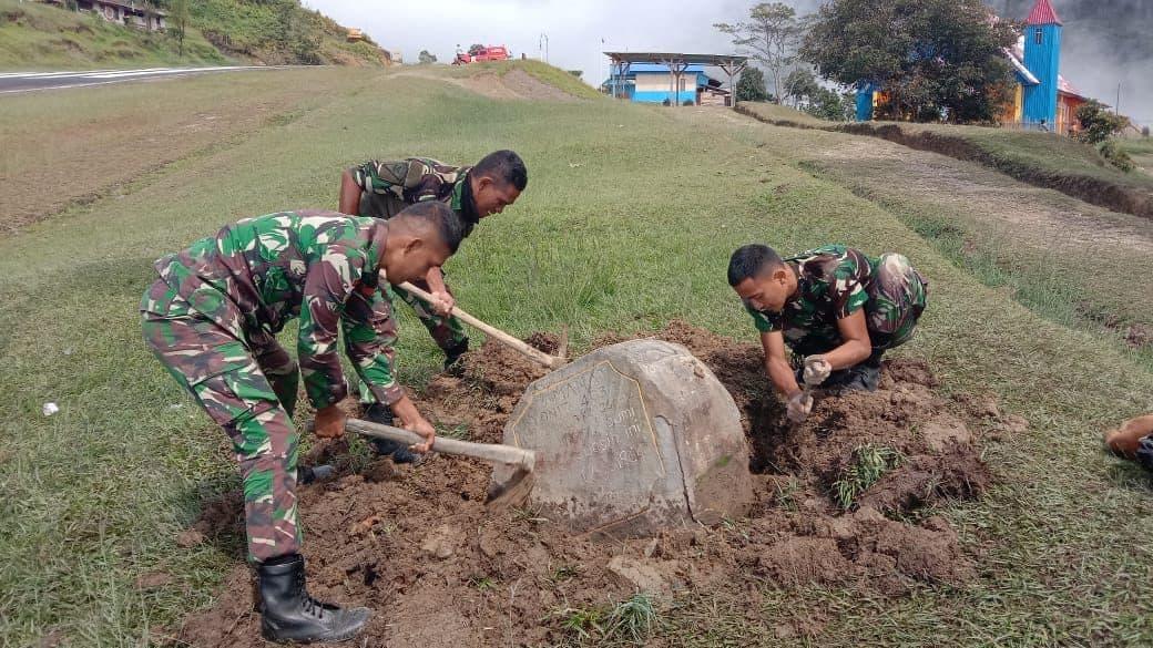 Satgas Yonif 403/WP Gotong Royong Angkat Batu Prasasti Peninggalan Sesepuh di Wilayah Perbatasan RI-PNG