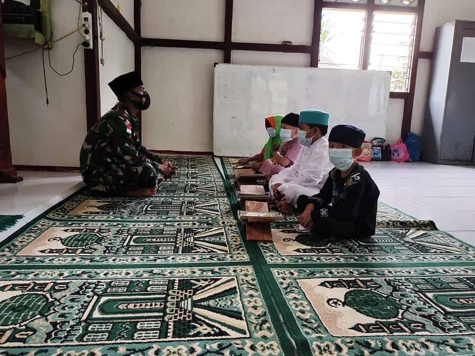Anggota Satgas Yonif 144/JY Ajarkan Mengaji Anak-Anak Perbatasan