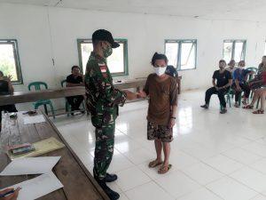 Personel Satgas Yonif 144/JY Distribusikan BLT Kepada Masyarakat di Perbatasan dan Sosialisasikan Prokes