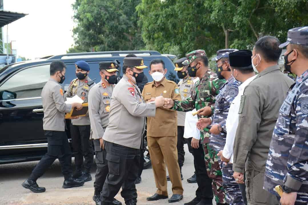 Danrem 033/Wira Pratama Dampingi Wakapolri Kunjungan ke Wilayah Batam dan Peninjauan Posko PPKM Serta Vaksinasi di Batam