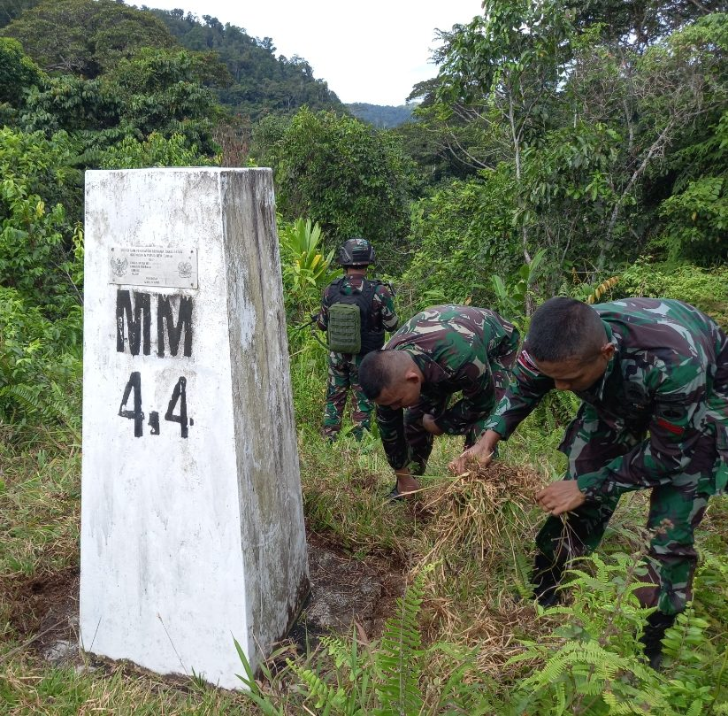 Sambut HUT Kemerdekaan RI ke-76, Satgas Yonif Mekanis 403/WP Laksanakan Patroli Patok di Wilayah Perbatasan RI-PNG