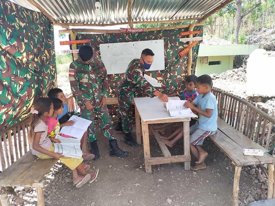 Satgas Pamtas Yonif 742/SWY Bantu Anak-anak Belajar di Lopo-Lopo Pos