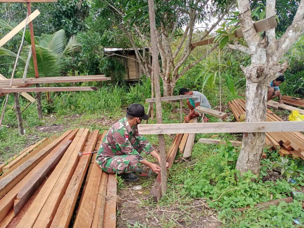 Satgas Yonif 144/JY Karya Bakti Pembuatan Rumah Warga di Perbatasan
