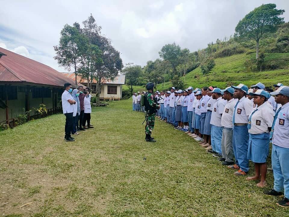 Cegah Penyebaran Covid-19, Satgas Yonif 403 Berikan Penyuluhan Kesehatan di Perbatasan RI-PNG