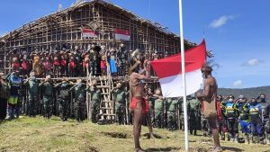 Kepala Suku Pegaf, Terima Bendera Merah Putih dari Pangdam Kasuari : Sampai Kapanpun Kami Tetap NKRI
