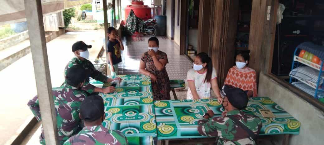 Anggota Satgas Yonif 144/JY Sosialisasikan Prokes dan Bagikan Masker di Batas Negeri