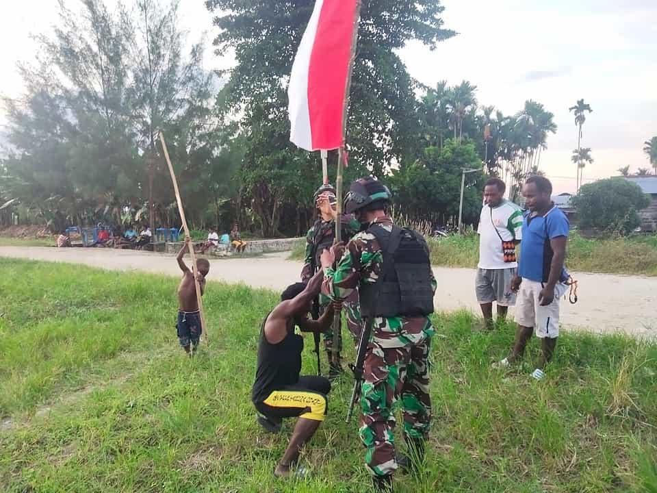 Satgas Yonif 131 Bersama Warga Merah Putihkan Jalan Kampung Gambut di Papua