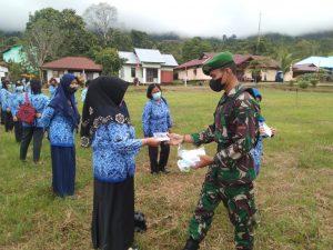 Sebelum Upacara Peringatan HUT ke-76 Republik Indonesia, Personel Satgas Yonif 144/JY Bagikan Masker