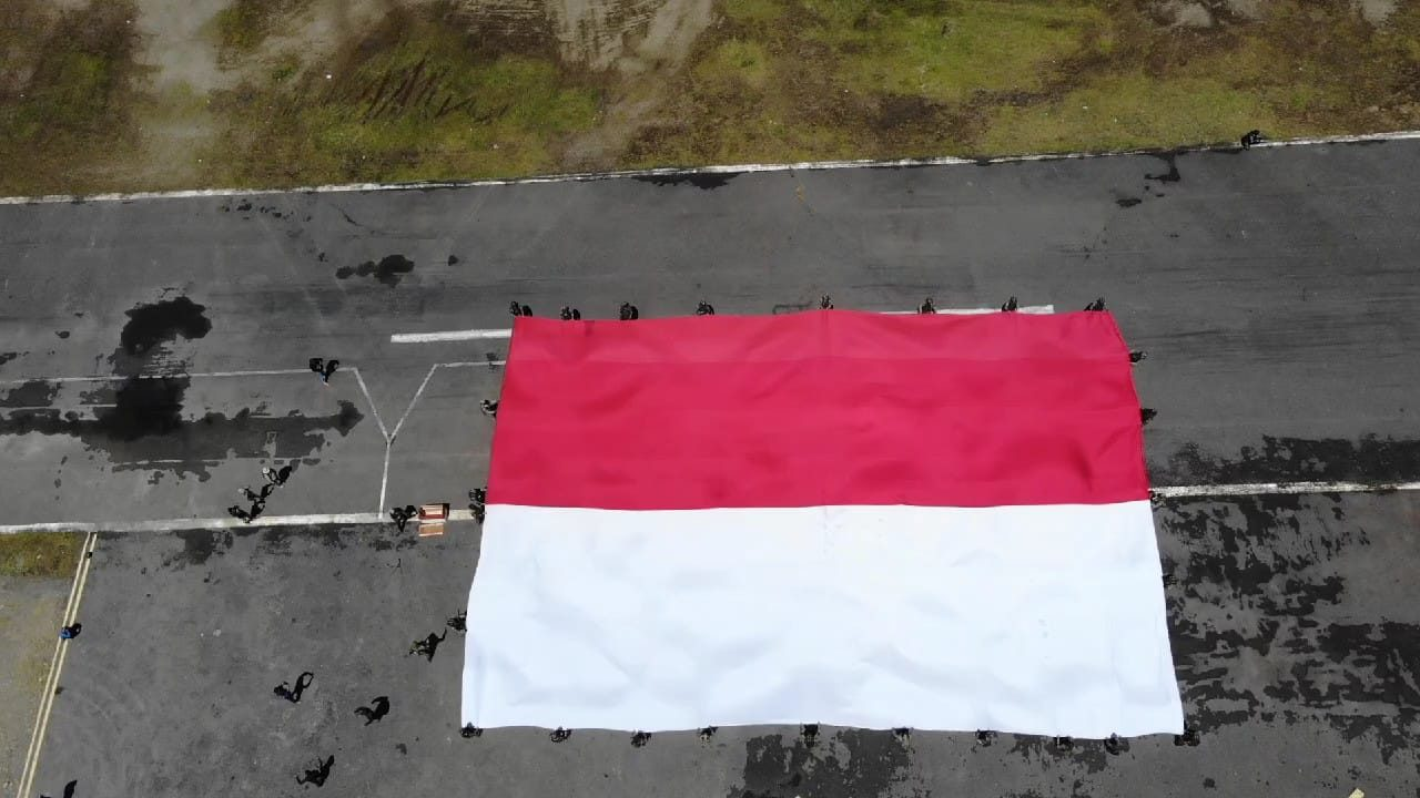 Peringatan Hari Ulang Tahun ke-76 Republik Indonesia di Intan Jaya, Satgas Yonif PR 501/BY Kibarkan Bendera Raksasa