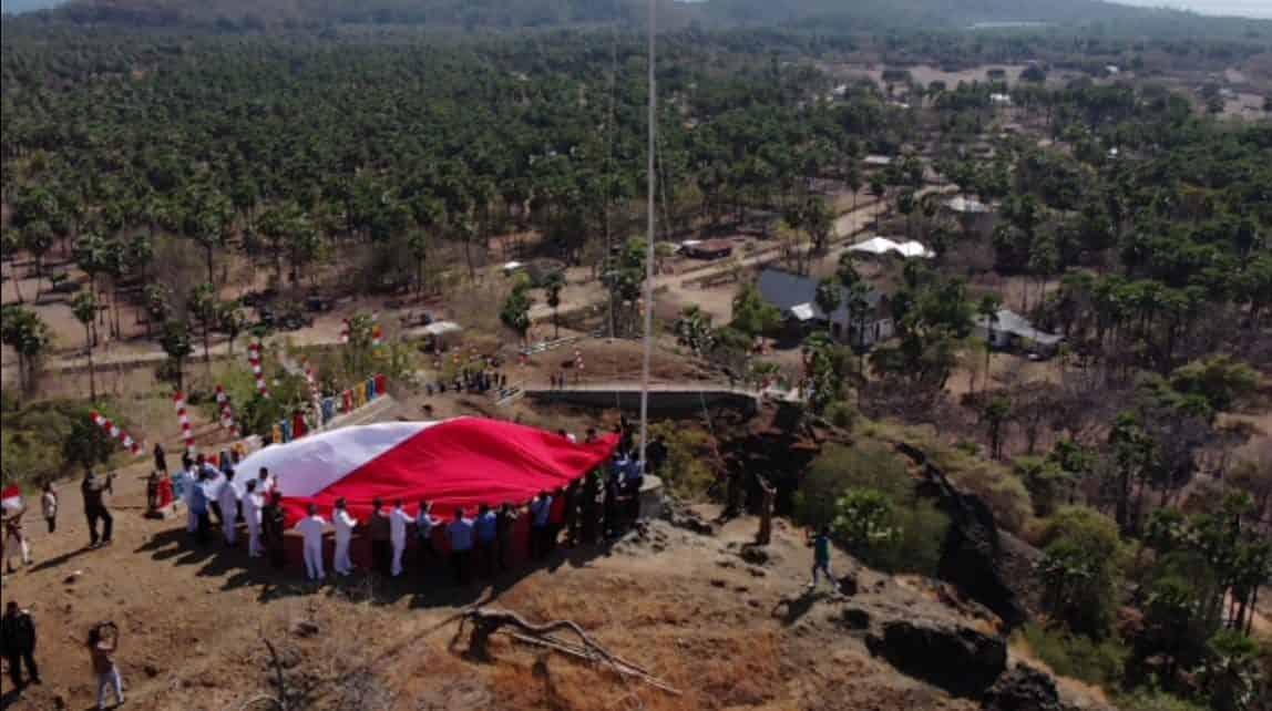 Satgas Pamtas Yonarmed 6/3 Kostrad Kibarkan Merah Putih Raksasa di Perbatasan Timor Leste