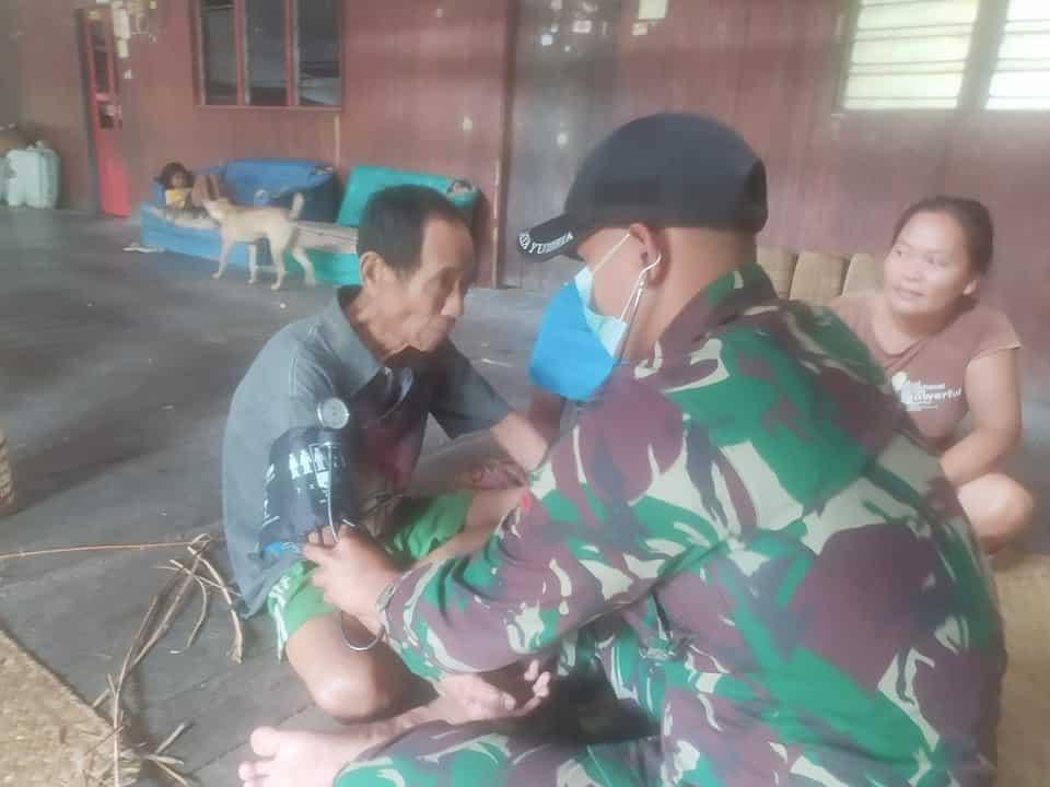 Satgas Yonif 144/JY Sosialisasikan Prokes dan Pengobatan Gratis di Batas Negeri