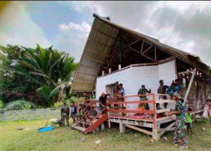 Satgas Yonmek 403 Perbaiki Gereja Santo Yohanes di Papua