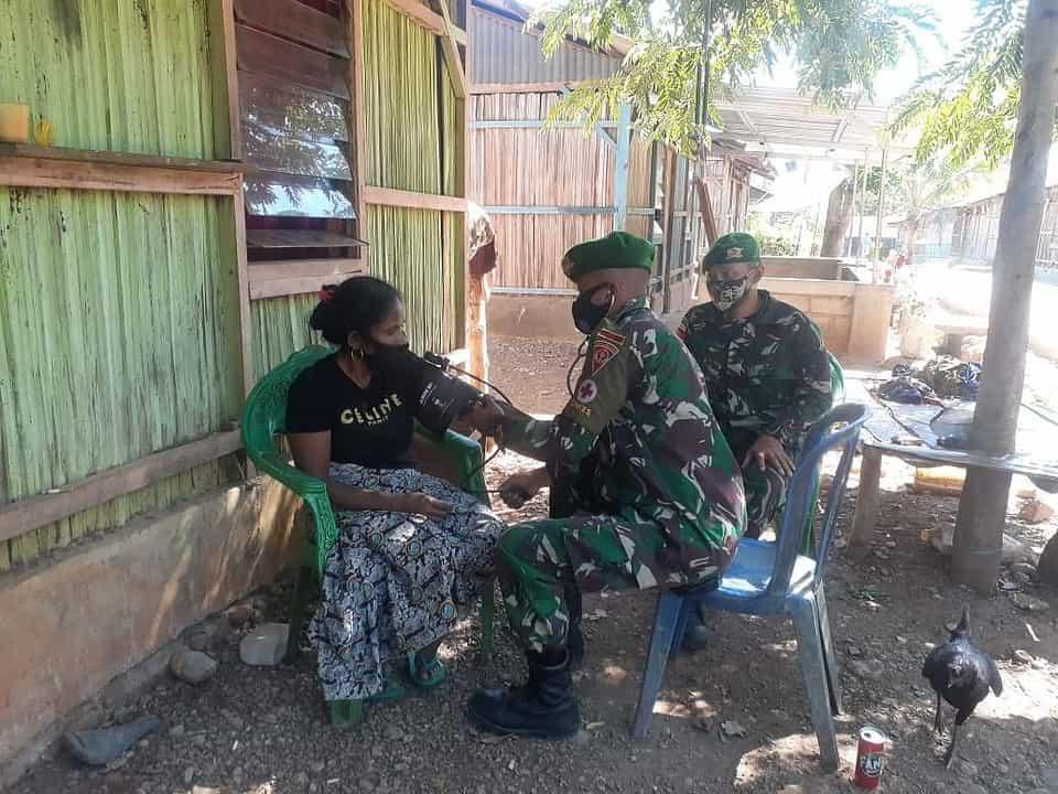 Satgas Yonif 742 Berikan Pelayanan Kesehatan Gratis di Dua Dusun Perbatasan