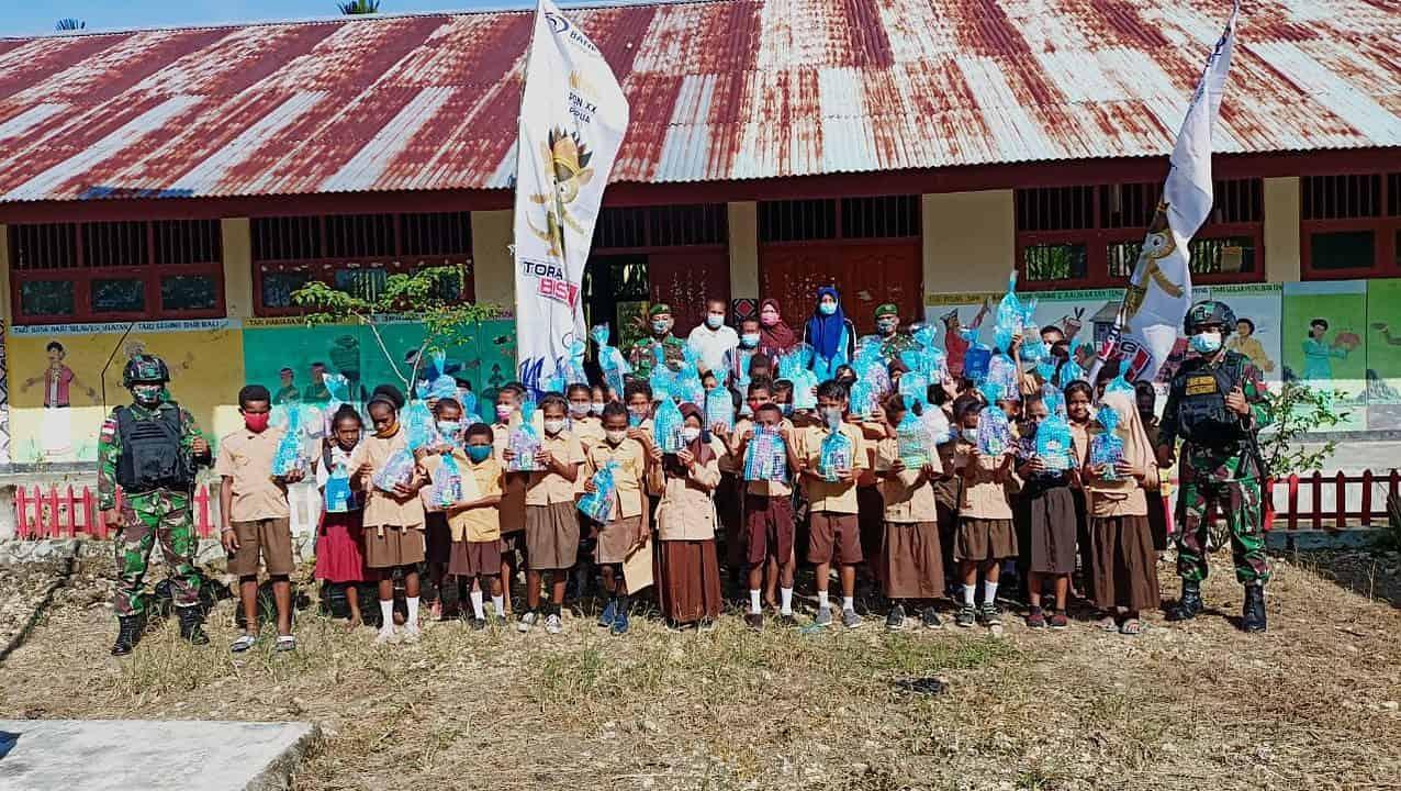 Tingkatkan Minat Belajar, Satgas Yonmek 403 Bagikan Buku dan Alat Tulis di Perbatasan RI-PNG