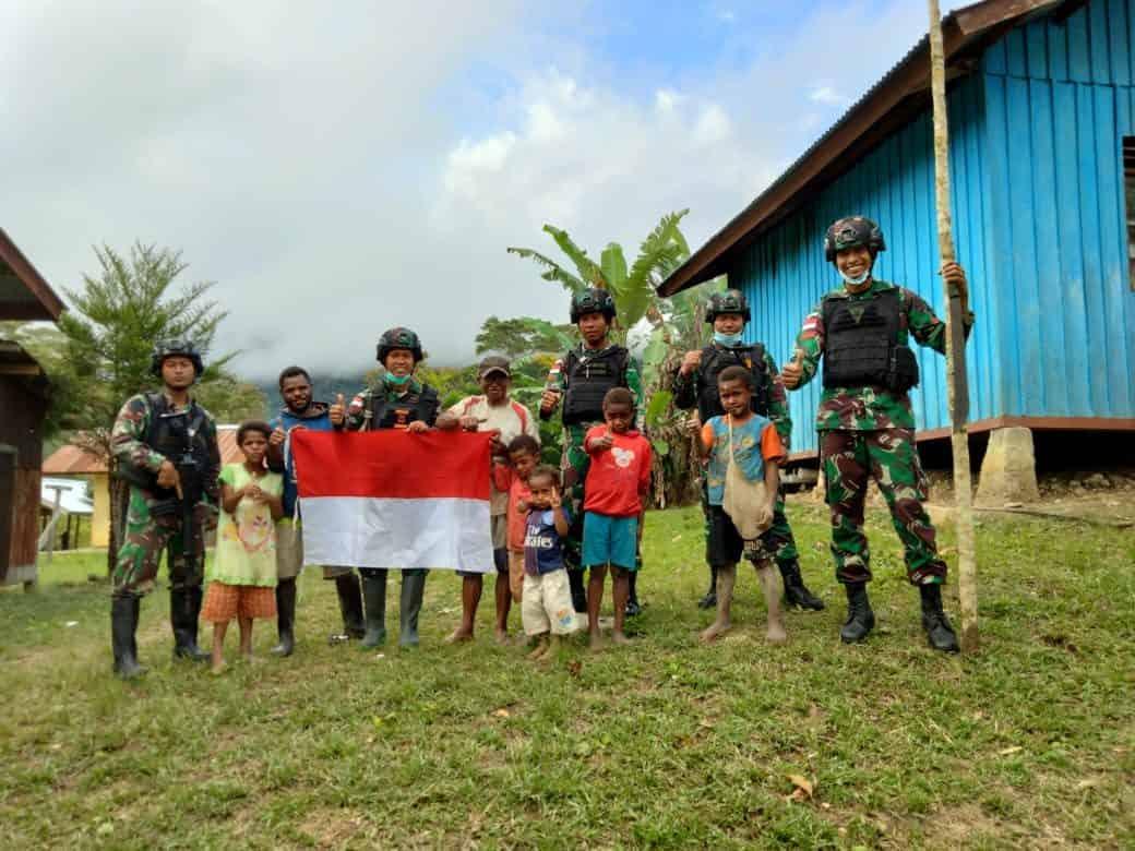 Satgas Yonmek 403 dan Masyarakat Pasang Bendera Merah Putih di Perbatasan RI-PNG