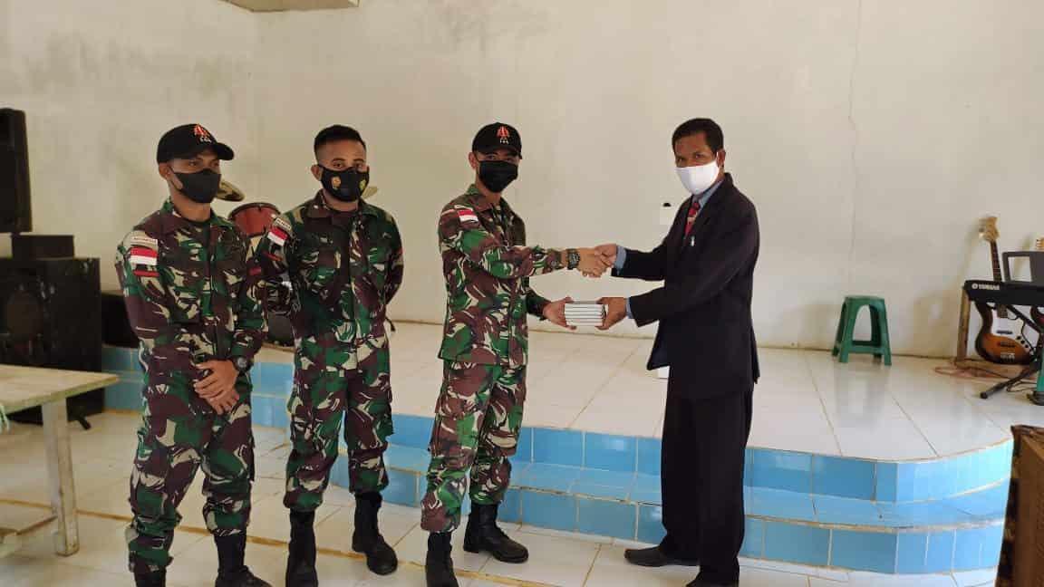 Anggota Satgas Yonif 144/JY Berikan Bantuan Masker dan Alkitab di Gereja GPSK