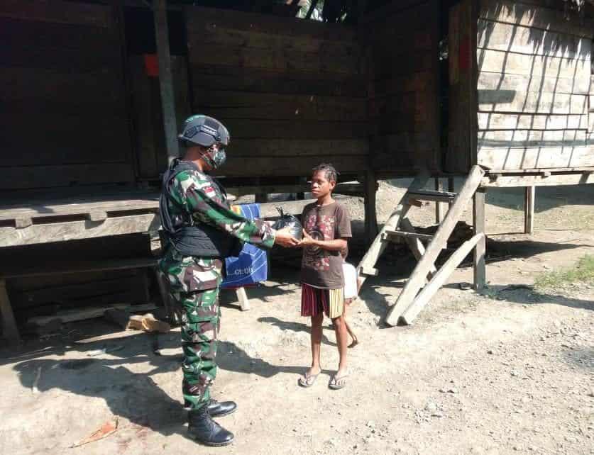 Bantu Warga Di tengah Pandemi Covid – 19, Satgas Yonif 512/QY Bagikan Paket Sembako Kepada Masyarakat Perbatasan Papua