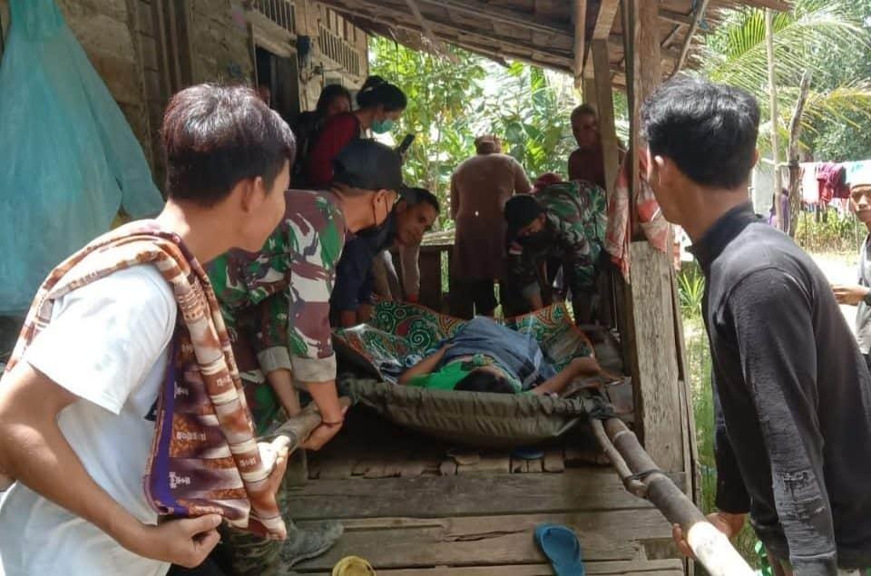 Gunakan Tandu Darurat, Satgas Pamtas Yonif Mekanis 643/Wns Bersama Masyarakat Evakuasi Ibu Hamil