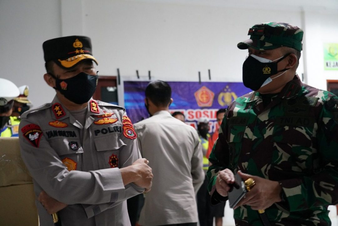 Peduli Sesama, Korem 143/HO Bersama Polda Sultra Bagikan Sembako Warga Terdampak Pandemi Covid-19