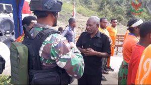 Satgas Yonmek 403 Bersama Warga Gelar Bakar Batu di Papua