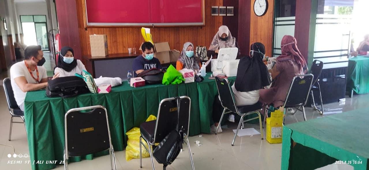 Ratusan Orang Ikut Vaksin di Kodim Sumbawa Barat