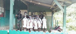Satgas Yonif 512/QY Ajak Anak-anak Perbatasan Belajar Bersama Dengan Patuhi Prokes.
