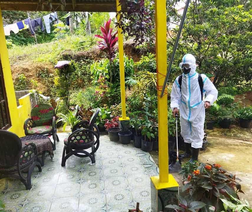 Putus Penyebaran Covid-19, Satgas Pamtas Yonif Mekanis 643/WNS Lakukan Penyemprotan Disinfektan di Fasum Wilayah Perbatasan