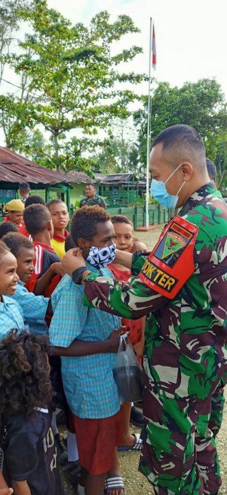 Jaga Kesehatan Pelajar, Satgas Yonmek 403 Bagikan Minuman Susu dan Masker di Perbatasan RI-PNG