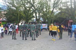 Satgas Yonif 734 Bersama Warga Bersihkan Jalan Desa Waiheru