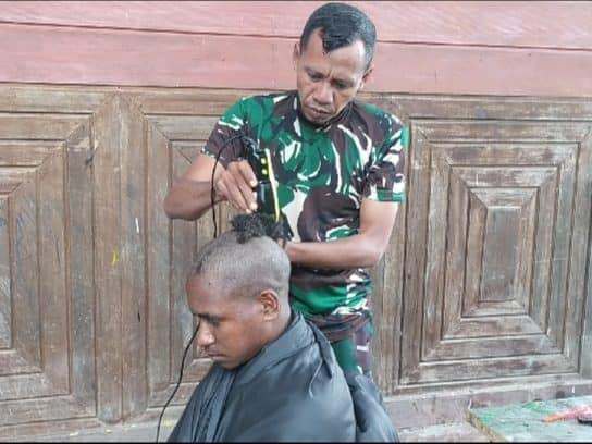 Satgas Yonmek 403 Beri Layanan Pangkas Rambut Gratis Kepada Anak Usia Sekolah di Papua