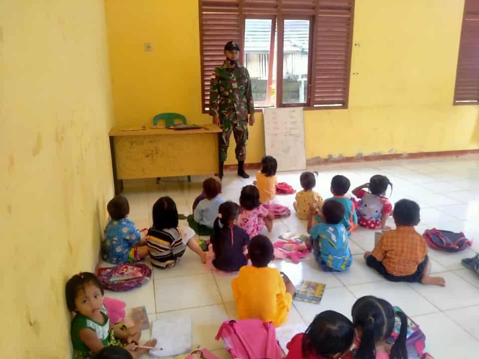 Prada Arianto Personel Satgas Yonif 144/JY Jadi Gadik di Paud Perbatasan