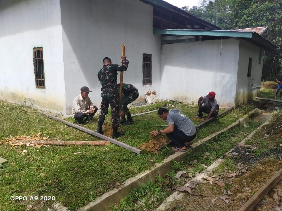 Anggota Satgas Yonif 144/JY melaksanakan Karya Bhakti Kantor Desa Bersama Warga di Perbatasan