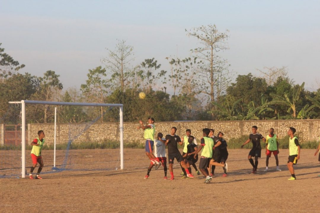 Tingkatkan Silaturahmi, Satgas Yonif 742 Olahraga Bersama Pemuda Perbatasan