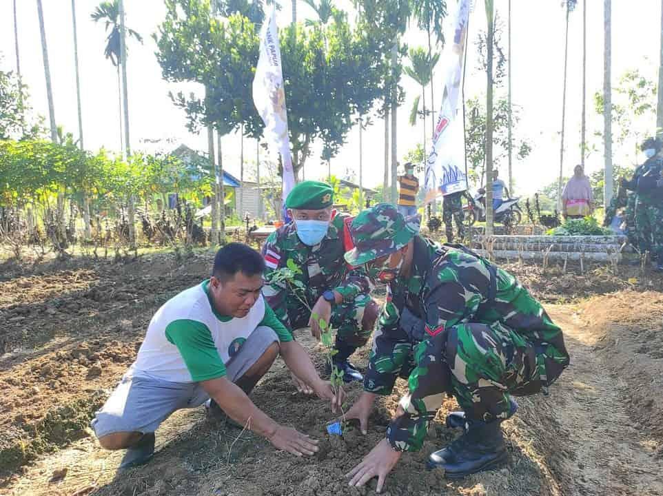 Hijaukan Tanah Papua, Satgas 403 Bersama Warga Tanam 1.200 Pohon Buah