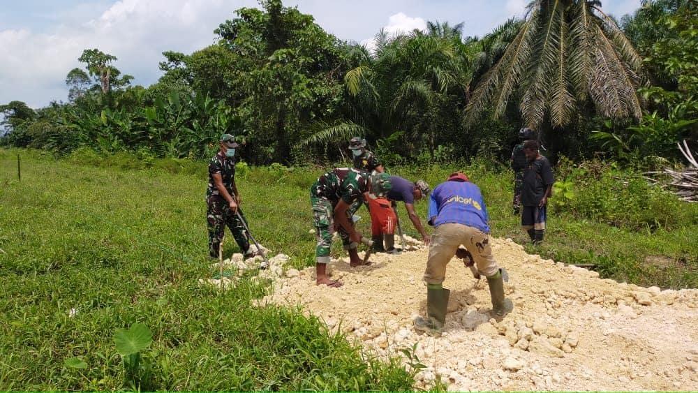Sambut Minggu Damai Satgas Yonif 512/QY, Bantu Warga Buka Jalan Pemekaran Kampung Baru di Perbatasan Papua