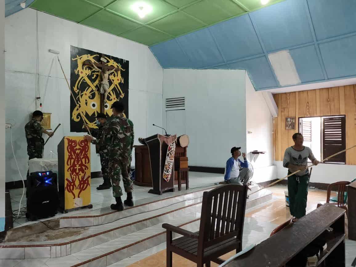 Satgas Yonif 144/JY Gotong Royong Pengecatan Gereja Bersama Warga Perbatasan