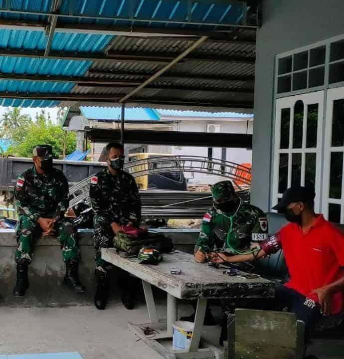 Tim Kesehatan Satgas Yonif 512/QY Berikan Pengobatan Door to Door Kepada Warga di Perbatasan