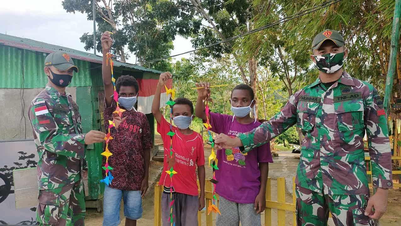 Tingkatkan Kreativitas Anak, Satgas Yonif 131 Ajarkan Kerajinan Tangan di Papua