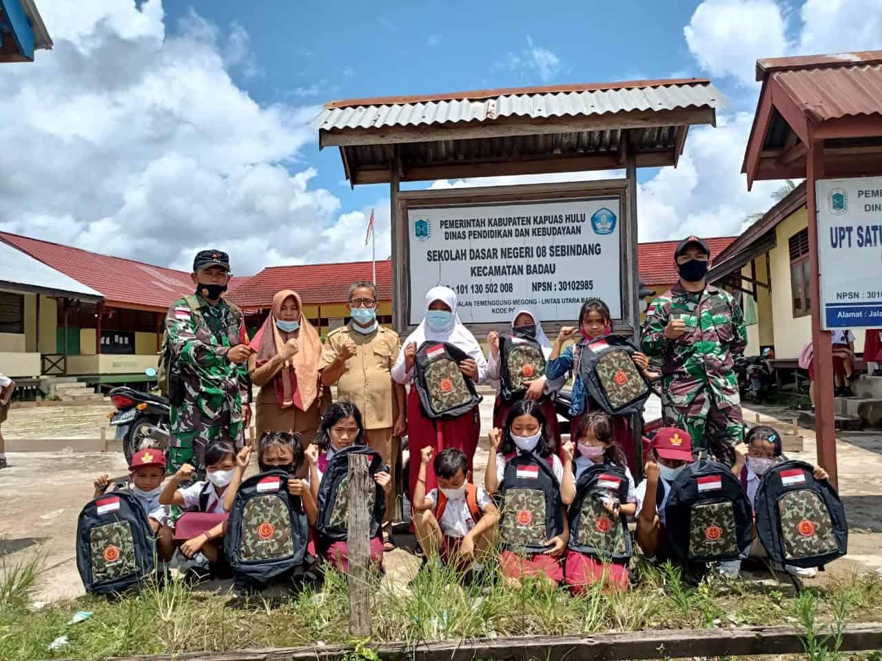 Peduli Terhadap Pendidikan Siswa Perbatasan, Satgas Yonif 144/JY Bagikan Tas dan Alat Tulis